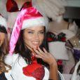 Adriana Lima, très sensuelle, dévoile son soutien-gorge préféré dans la boutique Victoria's Secret d'Herald Square à New York le 21 novembre 2011
