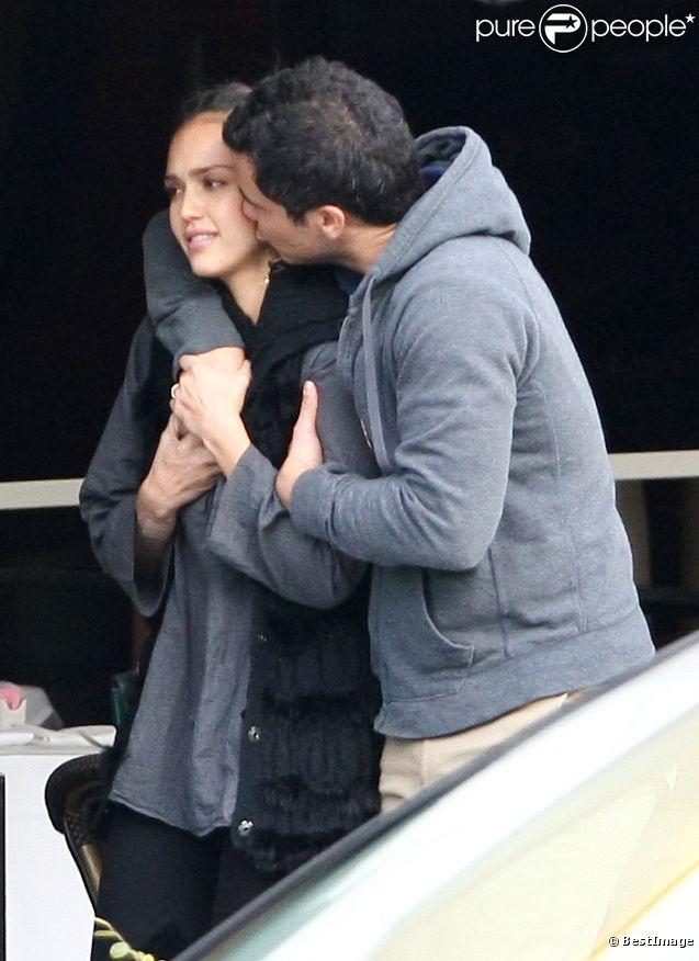 Jessica Alba et son époux Cash Warren en plein élan de tendresse ont profité d'une belle journée à Los Angeles le 23 novembre 2011