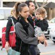 Jessica Alba en famille a profité d'une belle journée à Los Angeles le 23 novembre 2011
