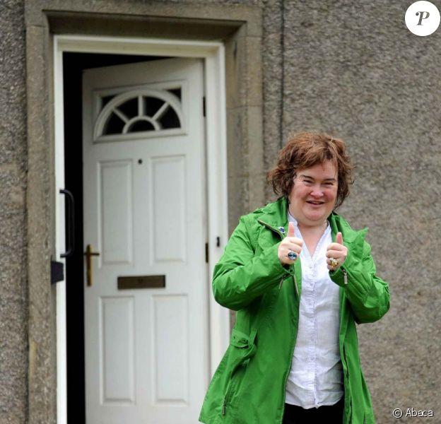 Susan Boyle devant la maison où elle a toujours vécu à Blackburn et qu'elle ne veut plus quitter, le 13 juin 2011.
