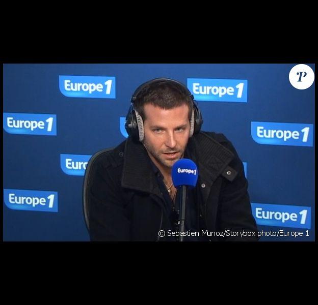 Bradley Cooper au micro de Nikos sur Europe 1, dans la matinée du 30 novembre 2011.