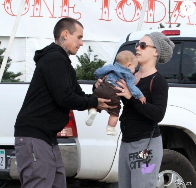 Pink, son mari Carey Hart et leur fille Willow achètent un sapin de Noël à Los Angeles le 2 décembre 2011