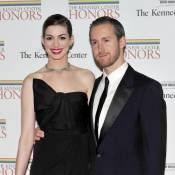 Anne Hathaway : Munie de sa superbe bague, elle rayonne avec son fiancé