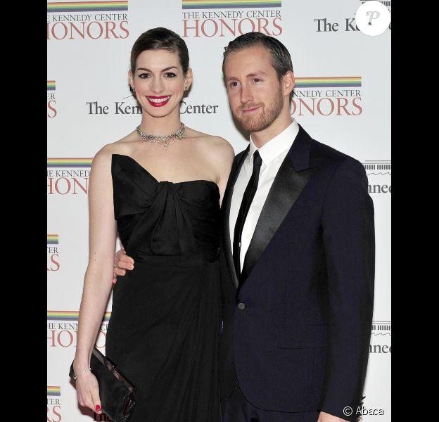 Anne Hathaway et son fiancé Adam Shulman lors du gala pour les personnalités honorées du Kennedy Center à Washington le 3 décembre 2011