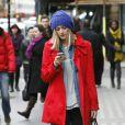L'animatrice radio et télé Fearne Cotton brille une nouvelle fois grâce à son look unique et coloré, marqué par un trench coat rouge et un bonnet bleu. Londres, le 6 décembre 2011.
