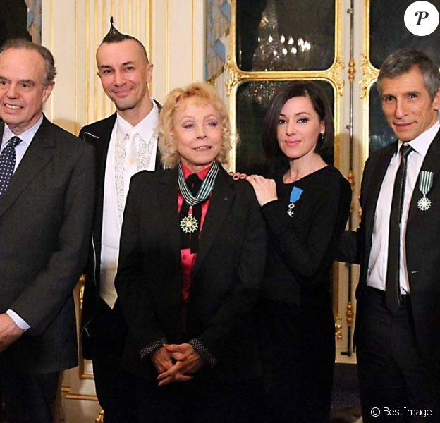 Nagui, Arturo Brachetti, Isabelle Aubret et Tina Arena décorés par Frédéric Mitterrand au ministère de la Culture, à Paris, le 14 décembre 2011.