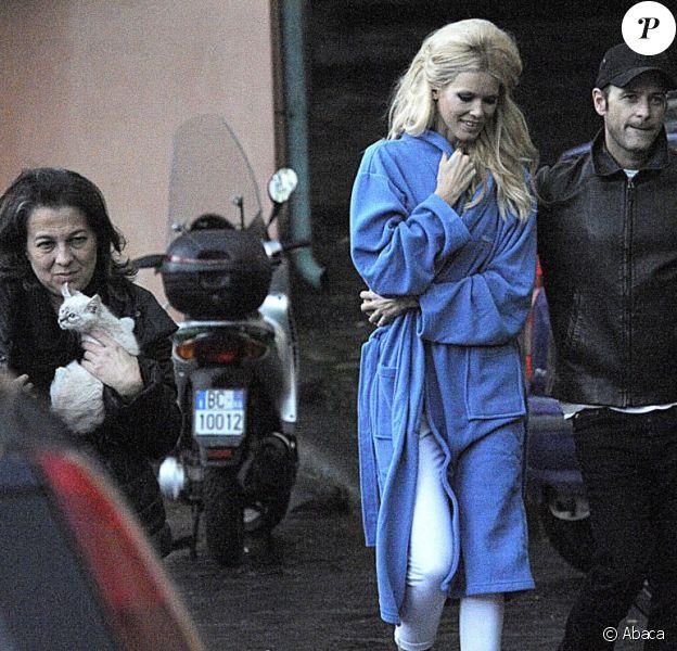 Claudia Schiffer fait une pause avec son mari Matthew Vaughn alors qu'elle est en plein shooting à Sorrente, en Italie. Le 15 décembre 2011