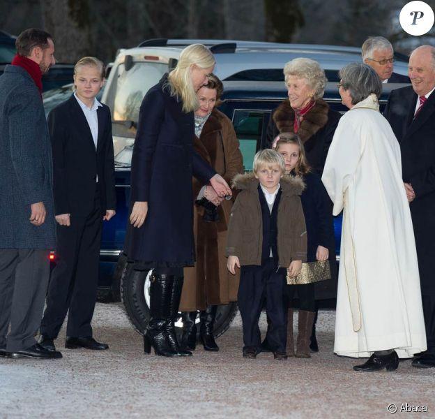 Les jeunes Sverre Magnus et Ingrid Isabella pas emballés par leur sortie à l'église ? La famille royale de Norvège de sortie pour la messe de Noël, dans la soirée du 24 décembre 2011 à Oslo.