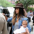 Camila Alves porte la petite Vida en juin 2010 à New York