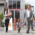 Matthew McConaughey, Camila Alves, Levi et Vida : Une famille formidable à la sortie de l'église de Malibu en juin 2011