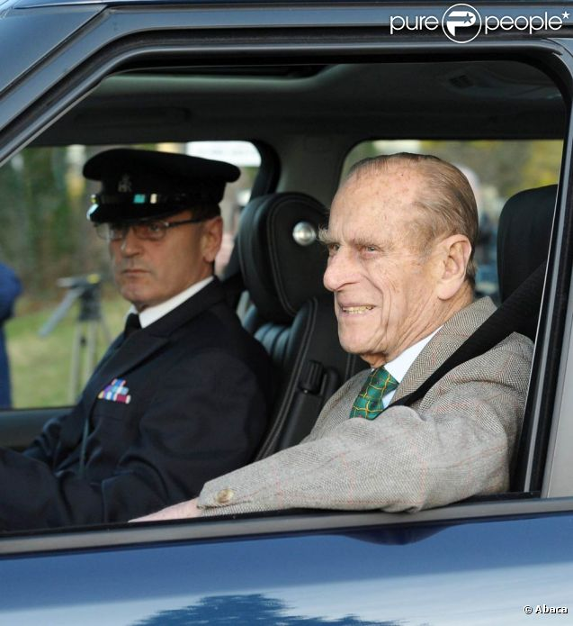 Le prince Philip, époux de la reine Elizabeth II, quittait mardi 27 décembre au matin l'hôpital Papworth de Cambridge, où il avait été admis le vendredi 23, après avoir subi une intervention chirurgicale pour la pose d'un stent. Il rejoint en Range Rover sa famille à Sandringham (Norfolk).