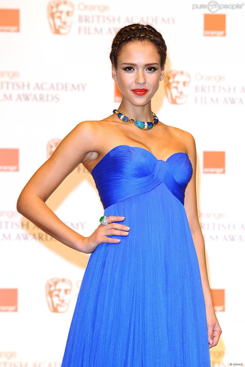 36d000991f Dans sa robe bleue Atelier Versace, la charmante Jessica Alba a marqué les  esprits.