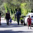 Balade en famille pour Jennifer Garner et Ben Affleck, le 1er janvier 2012 à Los Angeles. Violet fait comme son papa et promène un chien