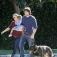 Balade en famille pour Jennifer Garner enceinte et Ben Affleck, le 1er janvier 2012 à Los Angeles. Pendant que Jennifer porte Seraphina, Ben promène le chien