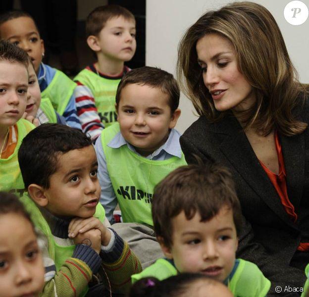 Entourée d'enfants, la princesse des Asturies est dans son élément. Letizia d'Espagne en visite à la 35e édition du Salon de la littérature jeunesse, au centre culturel Galilée, à Madrid, le 11 janvier 2012.