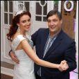 La ravissante Delphine Wespiser partage une valse avec Eric Castelnau, qui a remporté cette danse au salon des miroirs lors de la vente aux enchères du 16 décembre pour le projet Imagine - le 24 janvier 2012