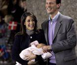 La princesse Marie et le prince Joachim présentent leur bébé, fiers et émus