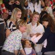 La princesse Marie n'a pas hésité à laisser le public voir de près sa petite.   Le bébé de la princesse Marie et du prince Joachim de Danemark a quitté la maternité le 27 janvier à 11h08 pour rejoindre le domicile familial, non sans faire un passage obligé devant des médias en liesse.