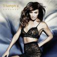 Helena Christensen, sexy pour la collection Essence de Triumph.
