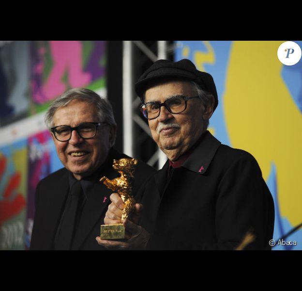 Les réalisateurs Vittorio et Paolo Taviani reçoivent l'Ours d'Or pour César doit mourir, au Festival international du film de Berlin, le samedi 18 février 2012.