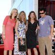 Entourée de Malin Akerman, Adam Sandler et Kathryn Hahn, Jennifer Aniston reçoit son étoile sur le Walf of Fame, à Los Angeles, le 22 février 2012.