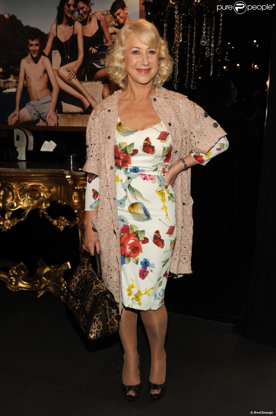 l 39 actrice helen mirren au d fil dolce gabbana milan le 26 f vrier 2012. Black Bedroom Furniture Sets. Home Design Ideas