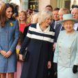 Elizabeth II et ses deux ''aides de camp'' Camilla Parker Bowles et Catherine, duchesse de Cambridge étaient en visite officielle à la boutique de luxe Fortnum & Mason le 1er mars 2012, pour officialiser la fin des travaux de rénovation de Piccadilly.