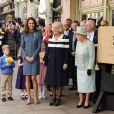 La reine Elizabeth II et ses deux ''aides de camp'' Camilla Parker Bowles et Catherine, duchesse de Cambridge étaient en visite officielle à la boutique de luxe Fortnum & Mason le 1er mars 2012, pour officialiser la fin des travaux de rénovation de Piccadilly.