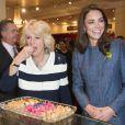 """""""La reine Elizabeth II était en visite le 1er mars 2012 chez Fortnum & Mason à Piccadilly, dans le coeur de Londres, avec Catherine, duchesse de Cambridge et Camilla Parker Bowles. Les invités ont pu prendre le thé au fameux salon de thé et ont coupé un gâteau officialisant le nom du lieu, rebaptisé en l'honneur du jubilé de diamant de la monarque."""""""