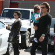 Kourtney Kardashian sort du restaurant Stanley à Los Angeles avec son compagnon Scott et leur fils Mason, le vendredi 2 mars 2012.