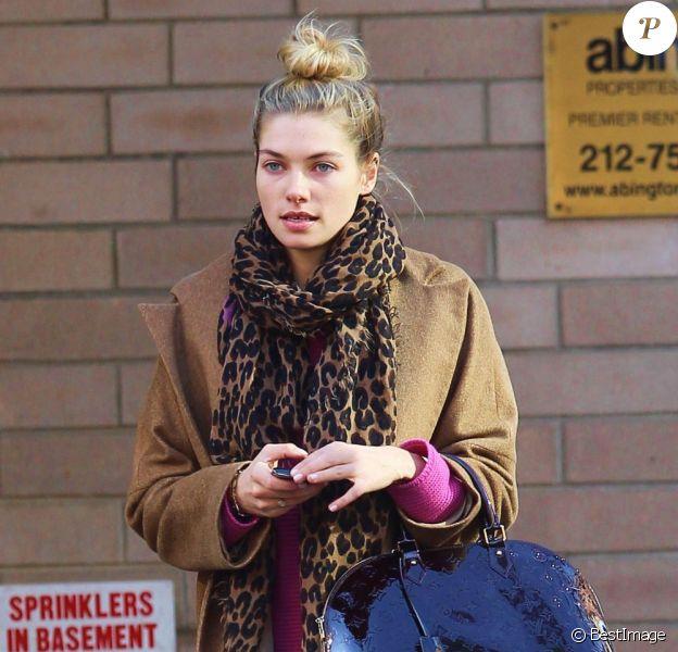 Jessica Hart dans les rues de New York. Le 7 mars 2012.