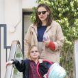 Jennifer Garner, nouvellement maman, sort de chez le médecin, en compagnie de son mari Ben Affleck et leur fille Violet qui porte un landau, le 12 mars 2012 à Los Angeles