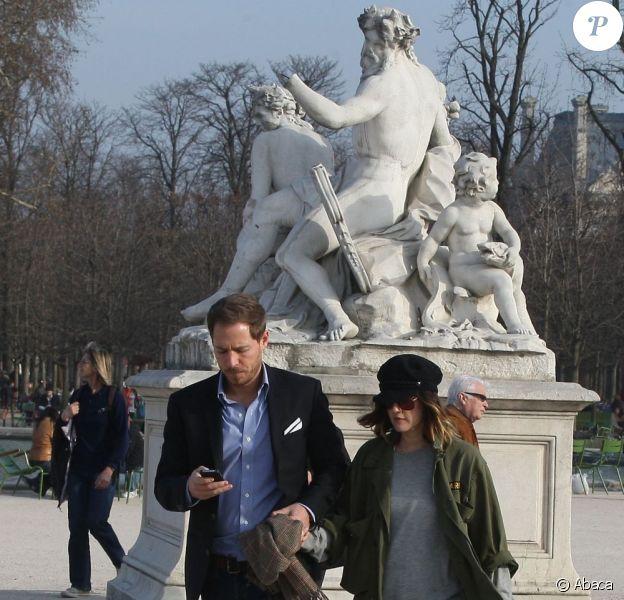 Drew Barrymore et son fiancé Will Kopelman en amoureux dans le Jardin des Tuileries. Paris, le 14 mars 2012.