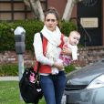 Jessica Alba a sa tête des mauvais jours. Ici, avec sa fille Haven, 6 mois, sortant d'un centre médical à Los Angeles. Le 16 mars 2012