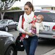 Jessica Alba et sa fille Haven, 6 mois, sortent d'un centre médical à Los Angeles. Le 16 mars 2012