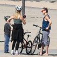 Kate Hudson, son fils Ryder, et sa mère Goldie Hawn en balade à vélo à Santa Monica, le 10 mars 2012.