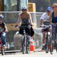 Kate Hudson, son fils Ryder, sa mère Goldie Hawn et Kurt Russell en balade à vélo à Santa Monica, le 10 mars 2012.