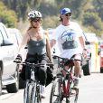 Goldie Hawn et Kurt Russell en balade à vélo à Santa Monica, le 10 mars 2012.