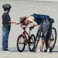 Kate Hudson et son fils Ryder en balade à vélo à Santa Monica, le 10 mars 2012.