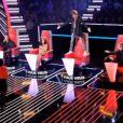 Louis Bertignac se lève sur sa chaise pour Linda dans The Voice sur TF1 le samedi 17 mars 2012