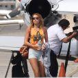 Miley Cyrus descend d'un jet privé à Los Angeles, avec son petit ami et possible fiancé Liam Hemsworth, le vendredi 23 mars 2012.