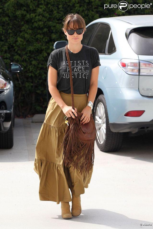 L'actrice Olivia Wilde se la joue hippie avec sa longue robe, accessoirisée d'une paire de bottes et d'un sac à franges.