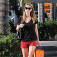 Nicky Hilton, en T-shirt, minishort rouge et ballerines, est déjà prête pour les beaux jours de l'été.