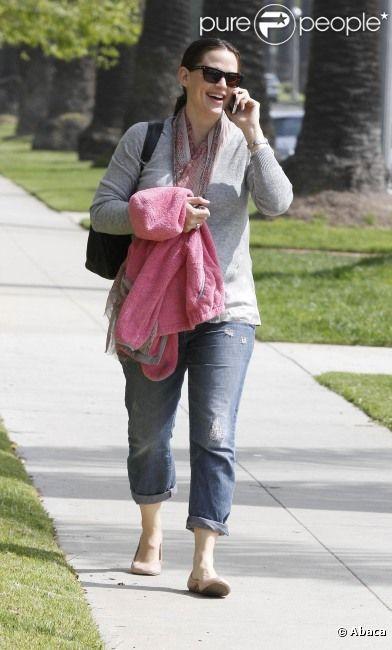 Jennifer Garner, tout sourire, au téléphone après avoir déposé Violet à l'école, le 29 mars 2012 à Los Angeles
