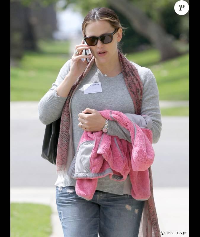 jennifer la sortie de l 39 cole de sa fille violet passe un coup de t l phone le 29 mars 2012. Black Bedroom Furniture Sets. Home Design Ideas