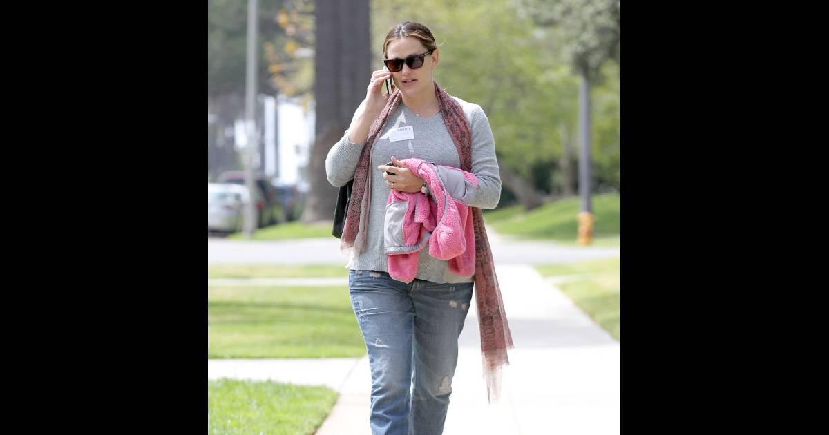 jenifer au t l phone la sortie de l 39 cole de sa fille violet le 29 mars 2012 los angeles. Black Bedroom Furniture Sets. Home Design Ideas