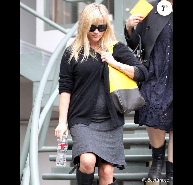Reese Witherspoon à Los Angeles le 29 mars 2012 ne peut plus cacher son ventre rond