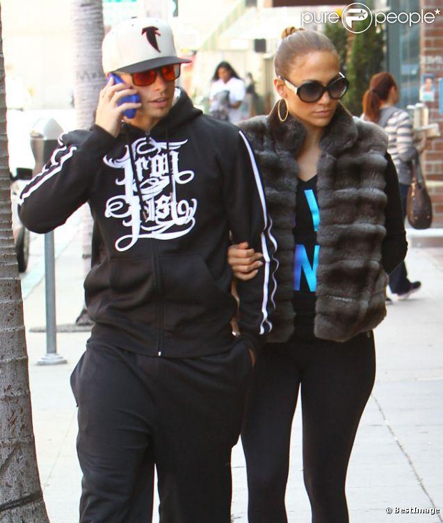 Jennifer Lopez et Casper Smart complices et amoureux accordent leurs looks. A Beverly Hills le 24 mars 2012.