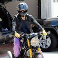 Orlando Bloom sur sa moto en direction de sa salle d'entraînement à Los Angeles. Le 4 avril 2012