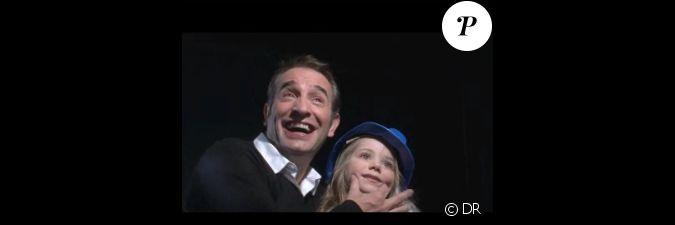 Jean dujardin et une petite fille posent pour l for Dujardin petit